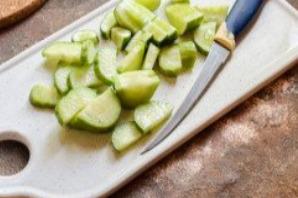Салат с ветчиной, помидорами и базиликом - фото шаг 2