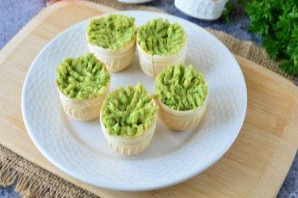 Тарталетки с икрой и авокадо - фото шаг 5