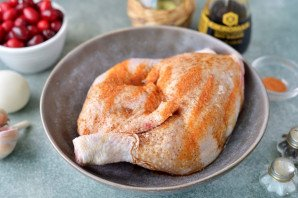 Курица с кизилом в духовке - фото шаг 2