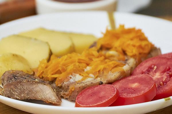 Отбивные из свинины под подушкой из морковки с чесноком